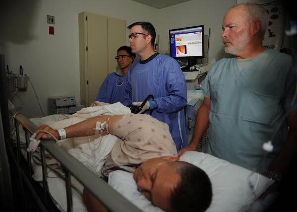 Пациенту проводят ФКС