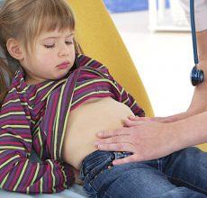 По каким причинам у ребенка может болеть живот в области пупка?