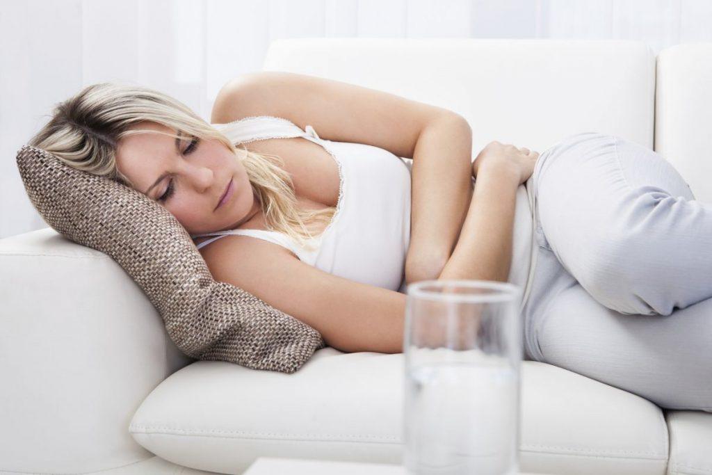 Тупая боль в области желудка: причины и что делать?