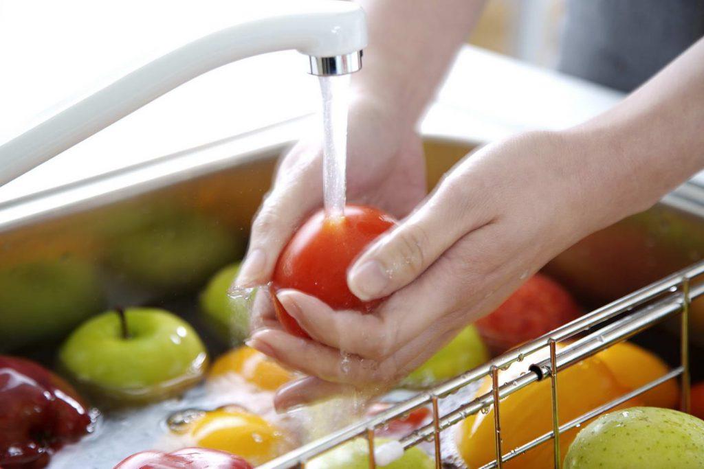 Необходимо мыть овощи и фрукты