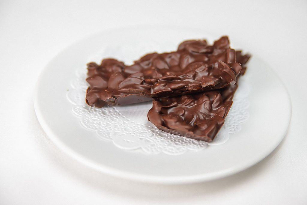 Черный шоколад с семечками тыквы