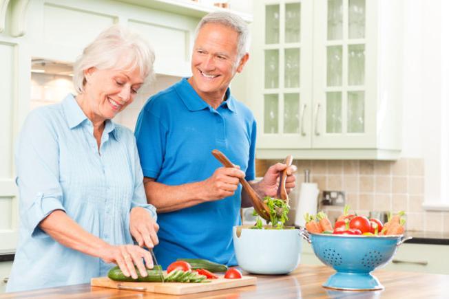 Лечение запоров у пожилых людей - что делать: методы и средства