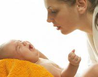 Срыгивание и рвота у новорожденных после кормления — в чем отличия?