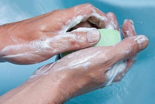 Мытье рук значительно уменьшит возможность заражения